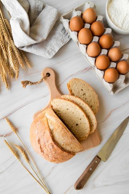 Вид сверху нарезанный хлеб и яйца Бесплатные Фотографии