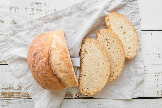 Вид сверху нарезанный свежий хлеб Premium Фотографии