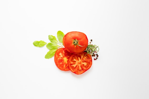 Top view sliced tomatoes on white background Free Photo