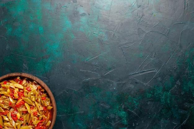 紺色の背景にさまざまな材料で調理された上面図スライス野菜ミール 無料写真