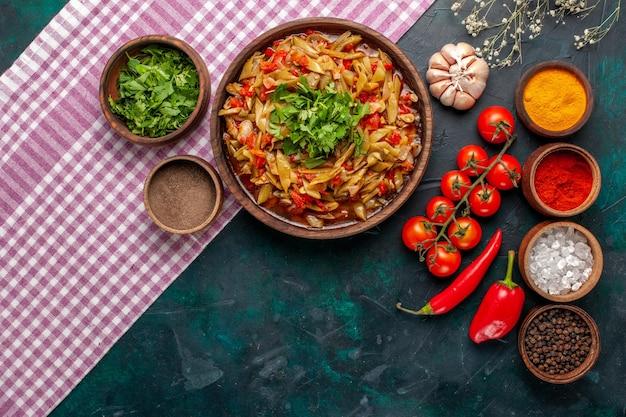 上面図スライス野菜の食事青い背景にさまざまな調味料と緑のおいしい豆の食事 無料写真