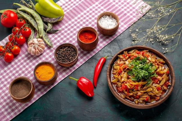 파란색 배경에 다른 조미료와 상위 뷰 슬라이스 야채 식사 맛있는 콩 식사 무료 사진