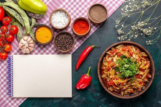 上面図スライスした野菜の食事青い背景にさまざまな調味料とおいしい豆の食事 無料写真