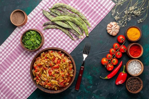 青い机の上にさまざまな調味料を使った上面スライス野菜料理おいしい豆料理 無料写真