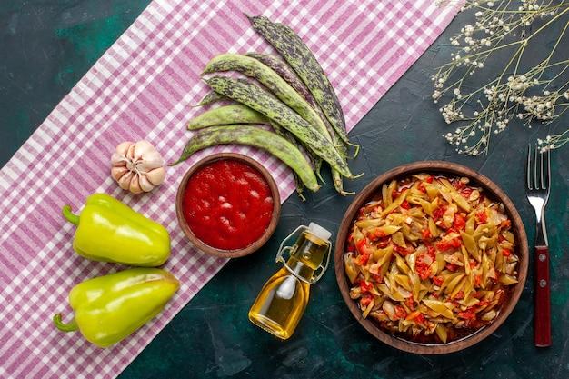 上面図スライスした野菜の食事青い背景にオリーブオイルとおいしい豆の食事 無料写真