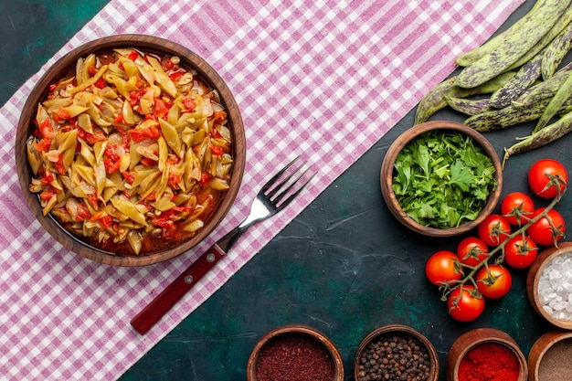 上面図スライス野菜の食事青い背景に調味料とおいしい豆の食事 無料写真
