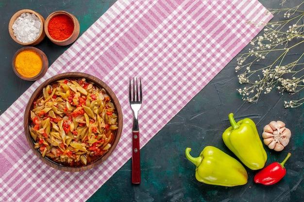 파란색 배경에 조미료와 상위 뷰 슬라이스 야채 식사 무료 사진