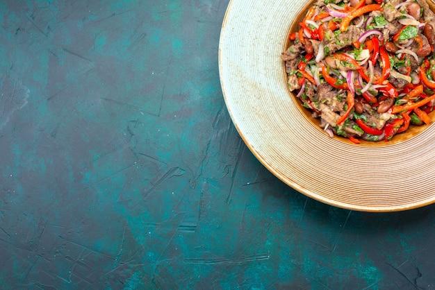 Vista dall'alto di verdure a fette con carne che fa un'insalata all'interno del piatto sullo sfondo scuro insalata di verdure carne pasto alimentare Foto Gratuite