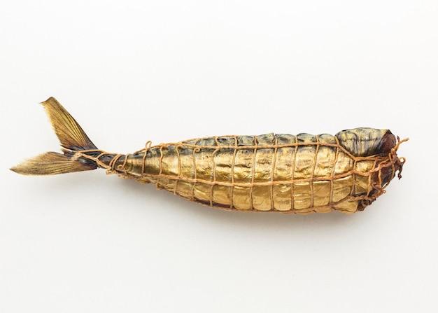 Вид сверху копченой рыбы на белом фоне Бесплатные Фотографии