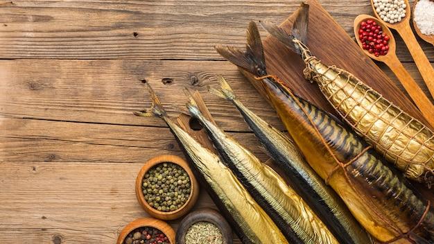 Вид сверху копченой рыбы на деревянном столе Бесплатные Фотографии