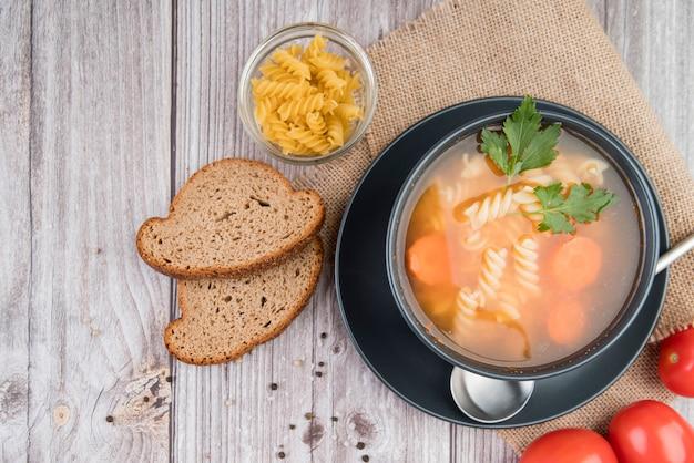 パンとトマトのボウルの上面スープ 無料写真