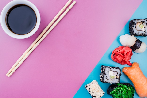 トップビュー醤油と寿司ロールテーブルの上 無料写真