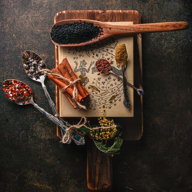 トップビュースパイスシナモンとコショウと木の板にスプーン 無料写真
