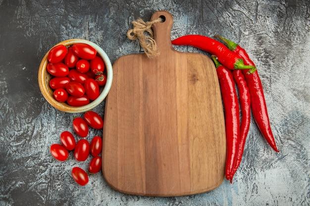 Vista dall'alto peperoni rossi piccanti con pomodori freschi Foto Gratuite