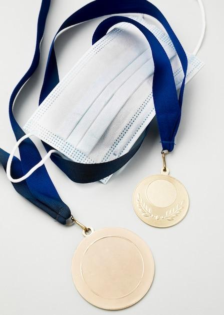 医療マスクの横にある平面図スポーツメダル 無料写真