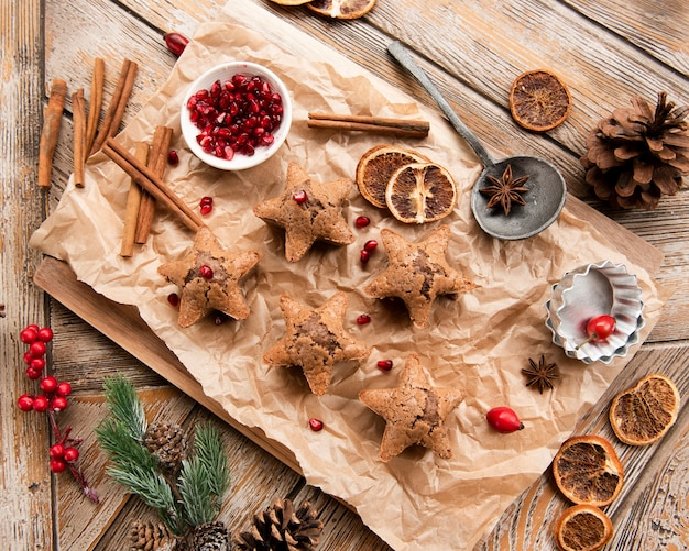 Top view of star-shaped cookies with pomegranate and cinnamon Free Photo