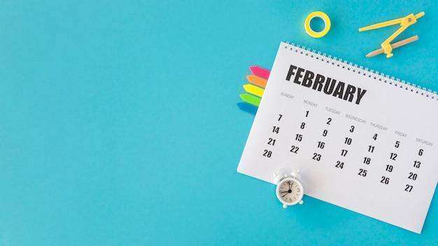 Spazio della copia del calendario della cancelleria di vista superiore Foto Gratuite