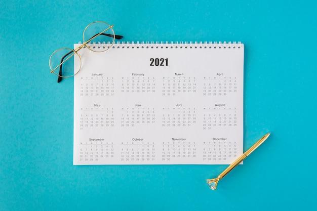 Calendario cancelleria vista dall'alto con occhiali da lettura Foto Gratuite