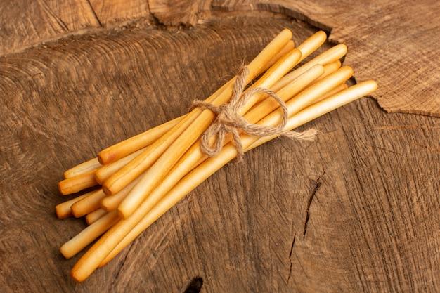 木製デスククラッカーカリカリスナック写真に塩漬け上面スティッククラッカー 無料写真