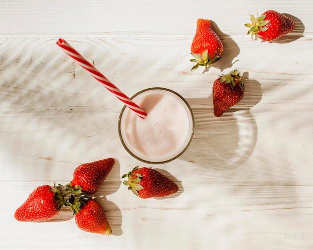 Vista dall'alto fragole con yogurt Foto Gratuite