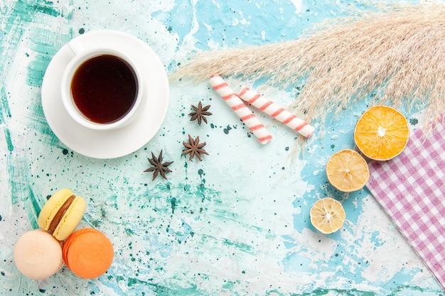 Вид сверху сахарного печенья с французскими макаронами на синем фоне Бесплатные Фотографии