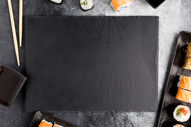 Вид сверху суши на столе Premium Фотографии