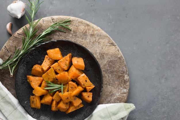 Вид сверху сладкий картофель на черной тарелке Бесплатные Фотографии