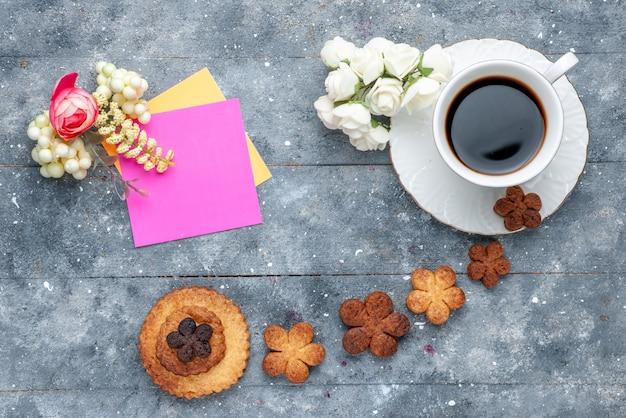 上面図甘いおいしいクッキーと一杯のコーヒー灰色の背景のクッキービスケット甘い 無料写真