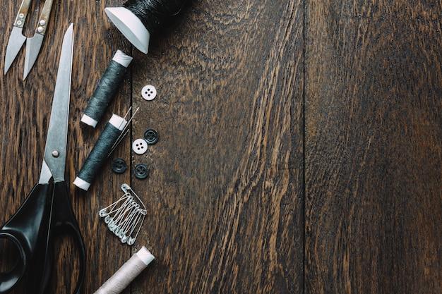 Вид сверху портные элементы на деревянном фоне с копией пространства. Бесплатные Фотографии