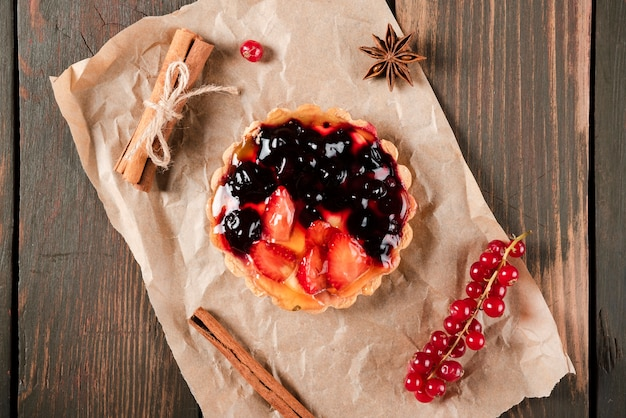 Top view of tart with cinnamon and redcurrants Free Photo