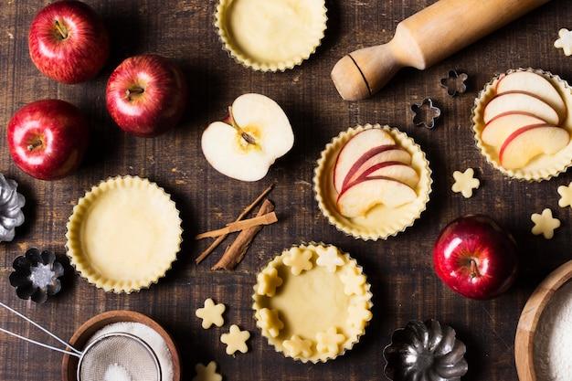 Dessert alla mela gustoso vista dall'alto sul tavolo Foto Gratuite