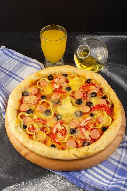 Vista dall'alto gustosa pizza di formaggio con pomodori rossi, olive nere e salsicce con succo di olio su sfondo scuro fast-food pasta italiana Foto Gratuite