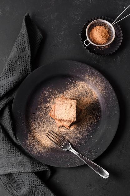 Vista dall'alto gustoso brownie al cioccolato pronto per essere servito Foto Gratuite