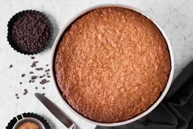 Vista dall'alto gustosa torta al cioccolato pronta per essere servita Foto Gratuite