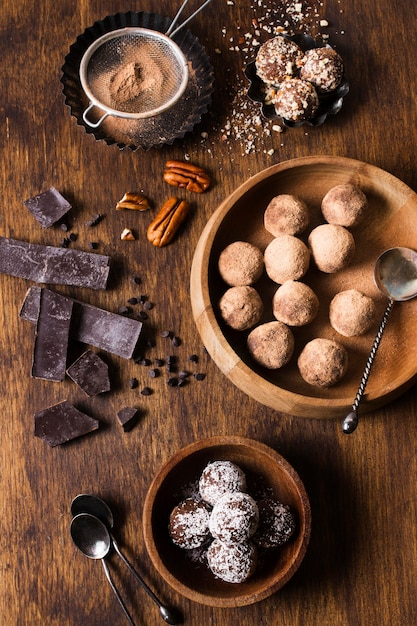 トップビューおいしいチョコレートトリュフを提供する準備ができて 無料写真