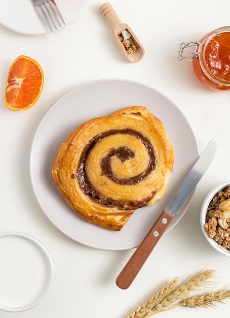 Вид сверху вкусного булочки с корицей на столе Бесплатные Фотографии