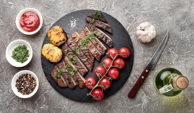 Вид сверху вкусно приготовленное мясо с соусом на столе Бесплатные Фотографии