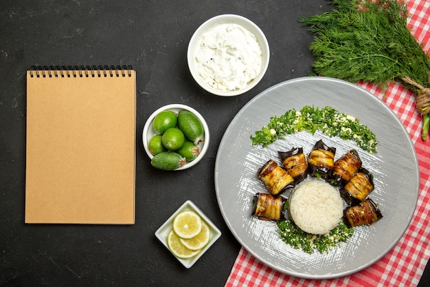 上面図おいしい茄子のロールパンご飯と黒のご飯 無料写真