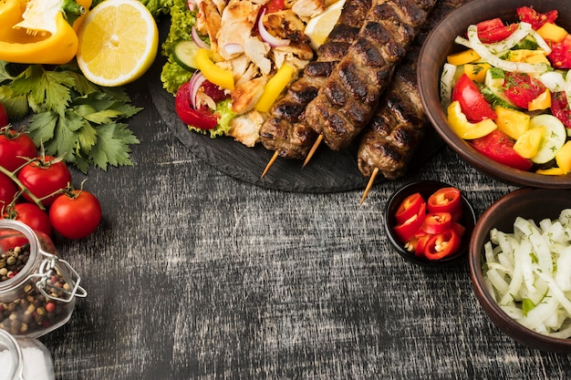 Vista dall'alto di gustosi kebab e altri piatti con ingredienti Foto Gratuite
