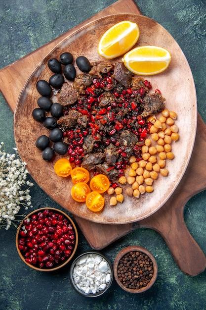 Вид сверху вкусные кусочки мяса жареная еда с фруктами внутри тарелки, блюдо пищевого красителя кухня мясо Бесплатные Фотографии