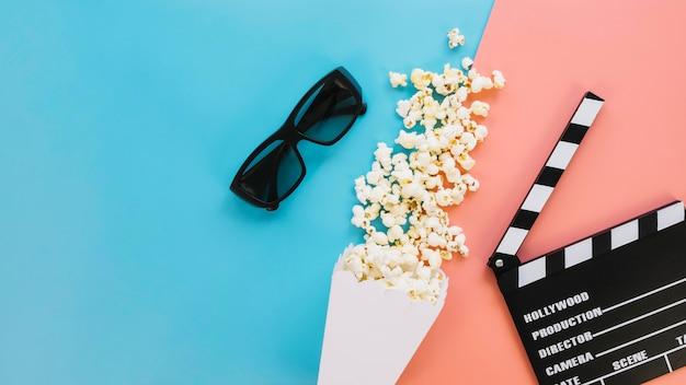 Vista dall'alto gustosa scatola di popcorn con ciak Foto Gratuite