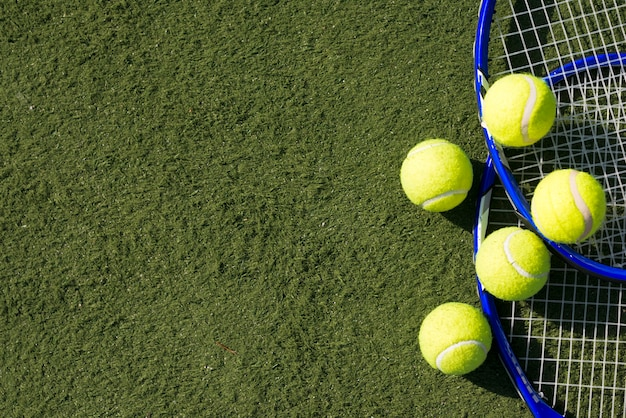 Top view tennis balls with rackets Free Photo