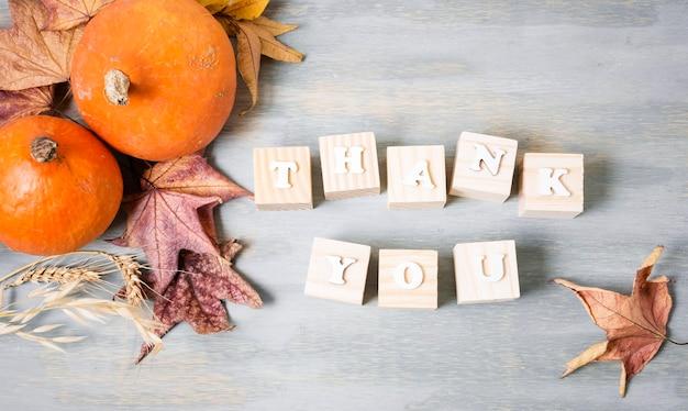 Vista dall'alto del messaggio di ringraziamento con foglie ed elementi autunnali Foto Gratuite