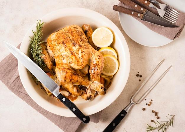 Vista dall'alto del piatto di pollo arrosto del ringraziamento con fette di limone Foto Gratuite