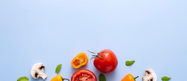 Вид сверху помидор, перец и грибы с копией пространства Premium Фотографии