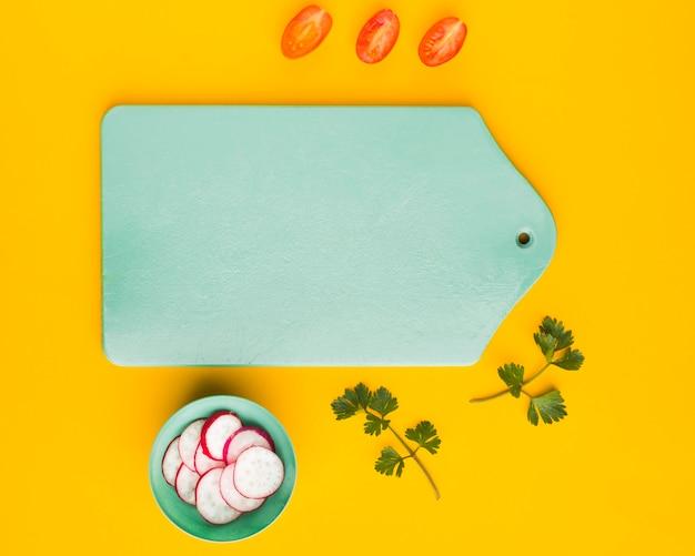 トップビュートマトとまな板のコピースペースでラディッシュスライス 無料写真