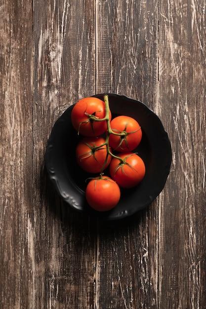 Вид сверху помидоры тарелки Бесплатные Фотографии