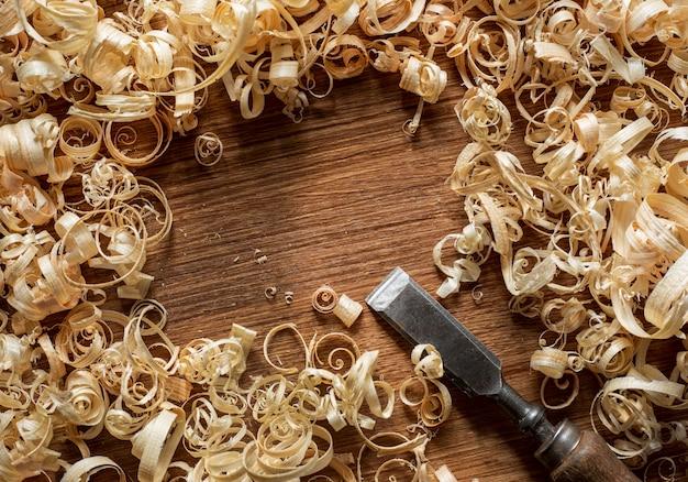 Инструмент и древесные опилки в мастерской вид сверху Бесплатные Фотографии