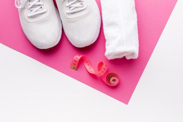 Sneaker e metro con asciugamano vista dall'alto Foto Gratuite