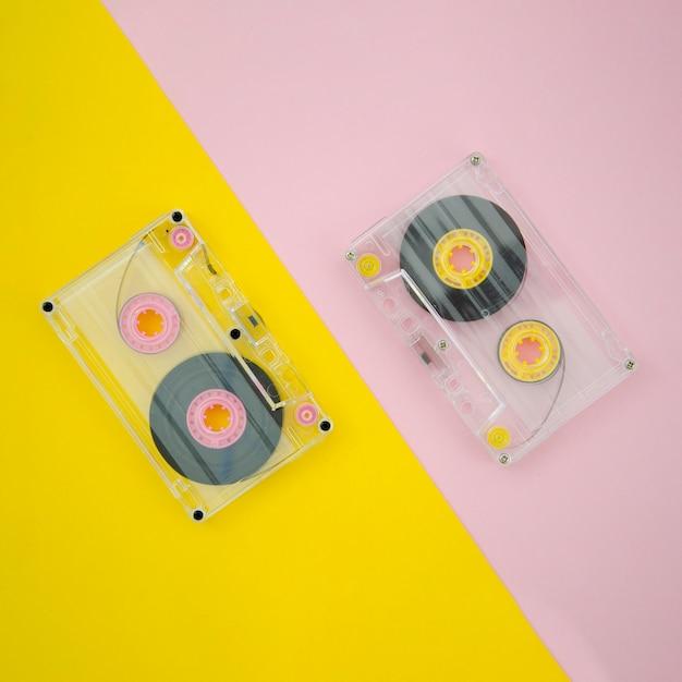Cassetta trasparente vista dall'alto su sfondo vibrante Foto Gratuite
